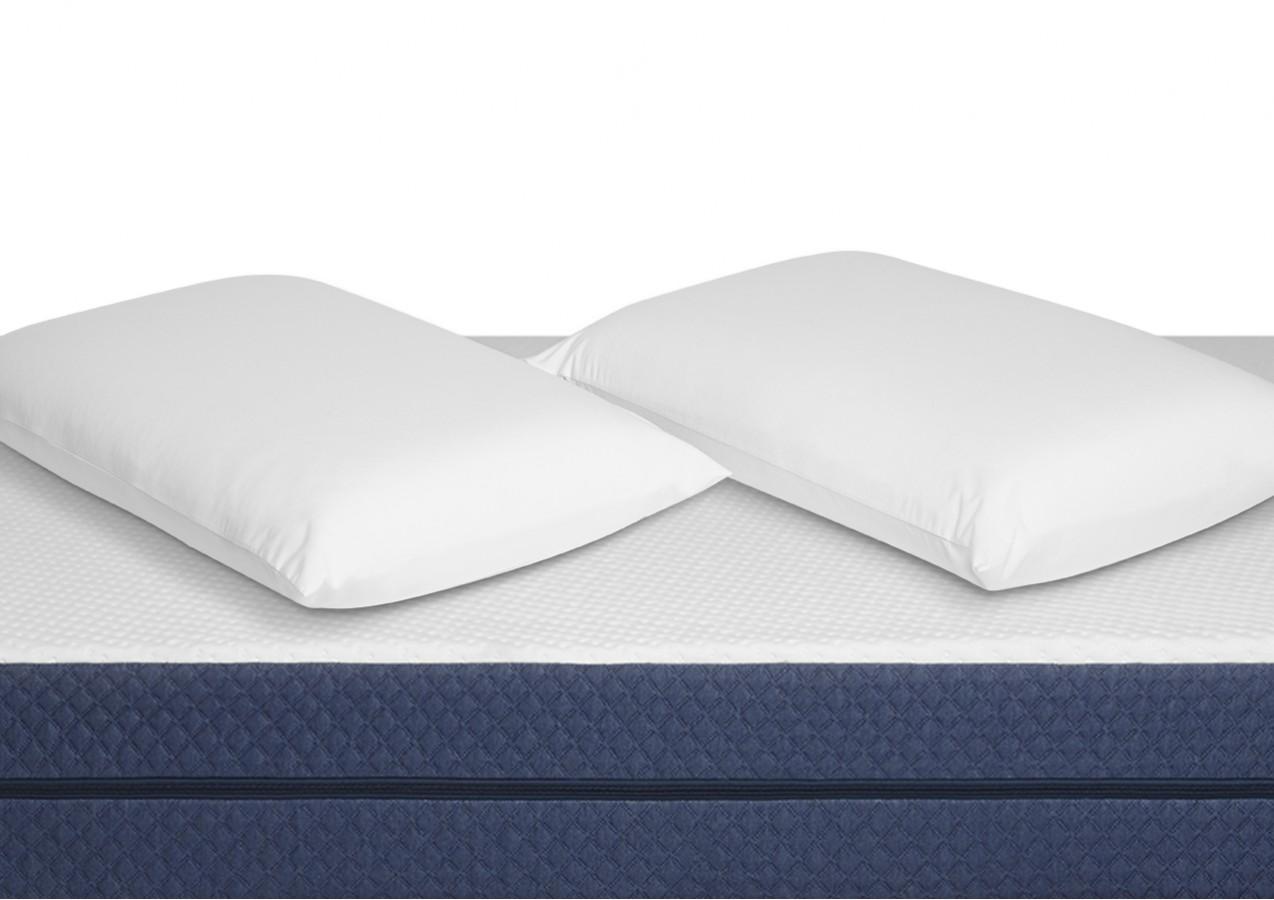 Deux oreillers Albert et leurs taies déposés sur le matelas Albert